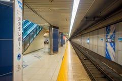 TOKYO, JAPAN AM 28. JUNI - 2017: Plattform von Kiba-U-Bahnstation in Tokyo Züge reisen alle 5 Minuten während der Tageszeit ab Lizenzfreie Stockfotografie
