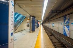 TOKYO, JAPAN AM 28. JUNI - 2017: Plattform von Kiba-U-Bahnstation in Tokyo Züge reisen alle 5 Minuten während der Tageszeit ab Lizenzfreie Stockbilder
