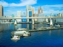 TOKYO, JAPAN AM 28. JUNI - 2017: Schöne Ansicht einiger Boote parkte in einem Pier, an einem schönen sonnigen Tag mit einem blaue Stockbild