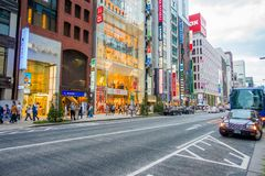 TOKYO, JAPAN AM 28. JUNI - 2017: Schöne Ansicht von Ginza-Bezirk in Tokyo, Japan Der Bezirk ist ein bedeutendes Einkaufsviertel f Lizenzfreies Stockbild