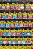 Tokyo - Japan, Juni 19, 2017: Shoppa med en variation av knappwi Royaltyfri Fotografi