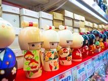 TOKYO, JAPAN JUNI 28 - 2017: Sluit omhoog van geassorteerd speelgoed van kleine geisha's op centrum in Tokyo Royalty-vrije Stock Afbeelding