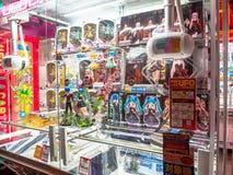 TOKYO, JAPAN JUNI 28 - 2017: Sluit omhoog van geassorteerde speelgoed en poppen van in een opslag op centrum in Tokyo Stock Fotografie