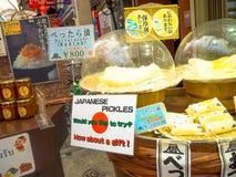TOKYO, JAPAN JUNI 28 - 2017: Sluit omhoog van Japanse gele ingelegde radijs binnen van een markt in Japan Stock Afbeeldingen