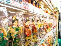 TOKYO, JAPAN JUNI 28 - 2017: Sluit van geassorteerde Geishapoppen binnen van omhoog plastic zakken, in een stuk speelgoed centrum Stock Fotografie