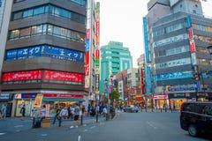 TOKYO JAPAN JUNI 28 - 2017: Unidentifies folk som korsar gatan genom att använda övergångsstället på det Ikebukuro området av Tok Fotografering för Bildbyråer