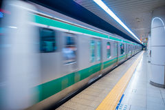 TOKYO, JAPAN AM 28. JUNI - 2017: Unscharfes Zug arrivinbg an der Plattform von Kiba-U-Bahnstation in Tokyo Züge reisen jede 5 ab Stockfotografie