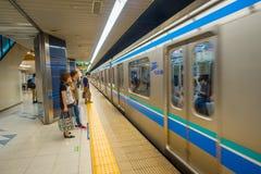 TOKYO, JAPAN AM 28. JUNI - 2017: Wartezug der nicht identifizierten Leute in der Plattform von Kiba-U-Bahnstation in Tokyo serien Stockbilder