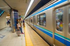 TOKYO, JAPAN AM 28. JUNI - 2017: Wartezug der nicht identifizierten Leute in der Plattform von Kiba-U-Bahnstation in Tokyo serien Lizenzfreie Stockfotografie