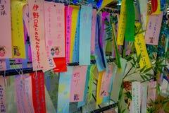 TOKYO, JAPAN AM 28. JUNI - 2017: Wunsch schreiben auf kleine bunte Papiere, wenn er Baum in wenigem Tokyo, berühmte Anziehungskra Stockfotografie