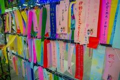TOKYO, JAPAN AM 28. JUNI - 2017: Wunsch schreiben auf kleine bunte Papiere, wenn er Baum in wenigem Tokyo, berühmte Anziehungskra Lizenzfreie Stockfotografie