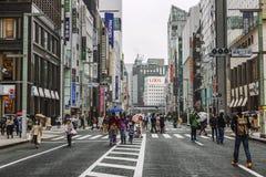 Tokyo, Japan, 04/08/2017: Leute gehen entlang Fu?g?ngerstra?e Ginza lizenzfreie stockbilder