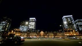 Tokyo, Japan, 3 Maart 2014 Bij nacht, de straat voor het Station van Tokyo stock video