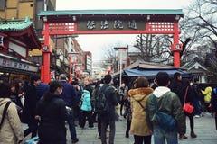 TOKYO - Japan, 12 Maart, 2016: Nakamise het winkelen straat Stock Foto's