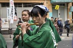 Tokyo, Japan - Mai 14,2017: Frau im traditionellen Kimonospielen Lizenzfreie Stockfotos