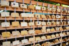 TOKYO, JAPAN - MAI 2016: Viele hölzern von den Votive Tablets bei Meiji Shrine in Shibuya, Tokyo, Japan lizenzfreies stockbild