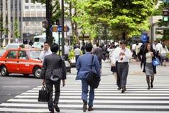 TOKYO JAPAN - MAJ 19: Affärsman under lunchavbrott i affärsområdet Nishi-Shinjuku på Maj 19, 2016 i Tokyo, Japan Arkivfoto