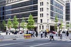 TOKYO JAPAN - MAJ 19: Affärsman under lunchavbrott i affärsområdet Nishi-Shinjuku på Maj 19, 2016 i Tokyo, Japan Fotografering för Bildbyråer