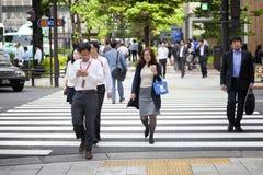 TOKYO JAPAN - MAJ 19: Affärsman under lunchavbrott i affärsområdet Nishi-Shinjuku på Maj 19, 2016 i Tokyo, Japan Arkivbilder
