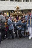 Tokyo Japan - Maj 14,2017: Barn iklädda traditionella kim Arkivfoton