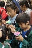 Tokyo Japan - Maj 14, 2017: Barn som äter glass på Ket Royaltyfri Bild