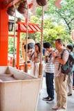 Tokyo Japan - Maj 25, 2014 donerar många personer pengar och välsignelse på templet Tokyo, Japan Arkivfoton