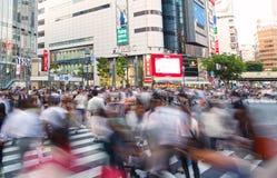 TOKYO JAPAN - MAJ 13, 2015: Gångare går på Shibuya Crossin Arkivbilder