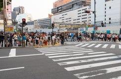 Tokyo Japan - Maj 25, 2014 Många personer korsar gatan Arkivfoton