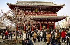 TOKYO JAPAN - MARS 25, 2019: Många personer som omkring går i den neary Senso-ji för Asakusa område templet i Asakusa arkivbilder