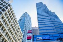TOKYO JAPAN -, MAY 2016: Moderna företags och affärsbyggnader i Tokyo Arkivfoton
