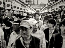 Tokyo, Japan - Mei 03: De niet geïdentificeerde lange Japanse mens loopt met de menigten op de Nakamise-straat dichtbij Sensoji-T stock fotografie