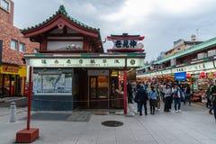 TOKYO, JAPAN - Mei 1, 2017: Herinneringswinkel bij Sensoji-tempel binnen royalty-vrije stock afbeelding