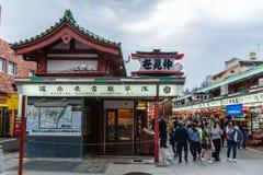 TOKYO, JAPAN - Mei 1, 2017: Herinneringswinkel bij Sensoji-tempel binnen royalty-vrije stock fotografie