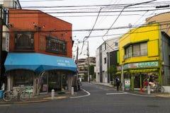 Tokyo, Japan - Mei 11, 2017: Kleurrijke winkels bij een hoek van Stock Foto's