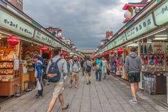 TOKYO, JAPAN - Mei 1, 2017: Toerist en herinneringswinkel in Sensoj royalty-vrije stock afbeeldingen