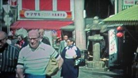 TOKYO, JAPAN -1972: Mensen die bij openlucht Japanse markten en stadsstraten winkelen stock videobeelden
