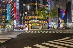Tokyo, Japan, 04/08/2017: Nachtstraat van de metropool stock foto