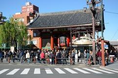 TOKYO, JAPAN - 21 NOV.: Het opleggen van Boeddhistische structuur kenmerkt een massieve document geschilderde lantaarn royalty-vrije stock foto's
