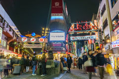 Tokyo, Japan - November 19, 2016: Ameyokomarkt in avond Amey Stock Afbeelding