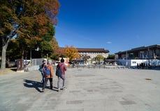 Tokyo Japan - November 22, 2013: BesökarebesökTokyo medborgare Fotografering för Bildbyråer