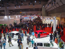 TOKYO, JAPAN - 23. November 2013: Besucher an der Tokyo-Autoausstellung Lizenzfreie Stockfotos