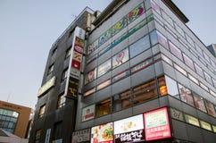 Tokyo Japan - November 21, 2013: Byggnad i det Akihabara området Royaltyfri Fotografi