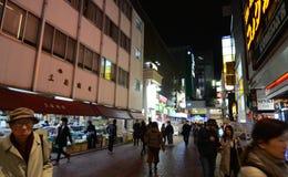Tokyo, Japan - November 25, 2013: commerciële straat in het Kichijoji-district Stock Afbeelding