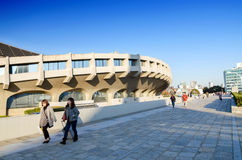 TOKYO, JAPAN - NOVEMBER 20: De mensen bezoeken het Nationale Gymnasium van Yoyogi royalty-vrije stock fotografie