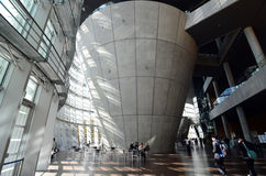 Tokyo, Japan - November 23, 2013: De mensen bezoeken Nationaal Art Center in Tokyo stock afbeelding