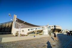 Tokyo, Japan - November 20, 2013: De mensen bezoeken Yoyogi Nationale Gtmnasium royalty-vrije stock foto's