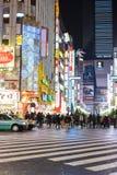 Tokyo Japan - November 14, 2017: Den motsatta sidan av denna gata är det berömda stället för den Godzilla vägen i Shinjuku Tokyo  arkivbilder