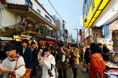 TOKYO, JAPAN - 24. NOVEMBER 2013: Drängen Sie sich an Takeshita-Straße Harajuku, Tokyo, Japan Stockfotografie