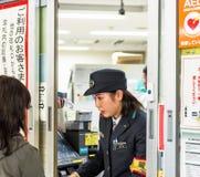 TOKYO JAPAN - NOVEMBER 7, 2017: En järnvägsstationanställdcomm arkivbild