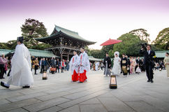 TOKYO JAPAN-NOVEMBER 20: En japansk bröllopceremoni på Meiji Jingu Shrine Royaltyfria Foton